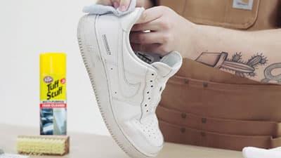 membersihkan sepatu kesayangan