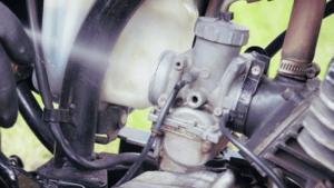 Gunakan Carburator Cleaner Untuk Membersihkan Karburator dan injektor